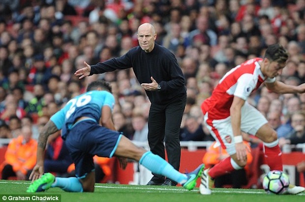 Bob Bradley managing his first Premier League match
