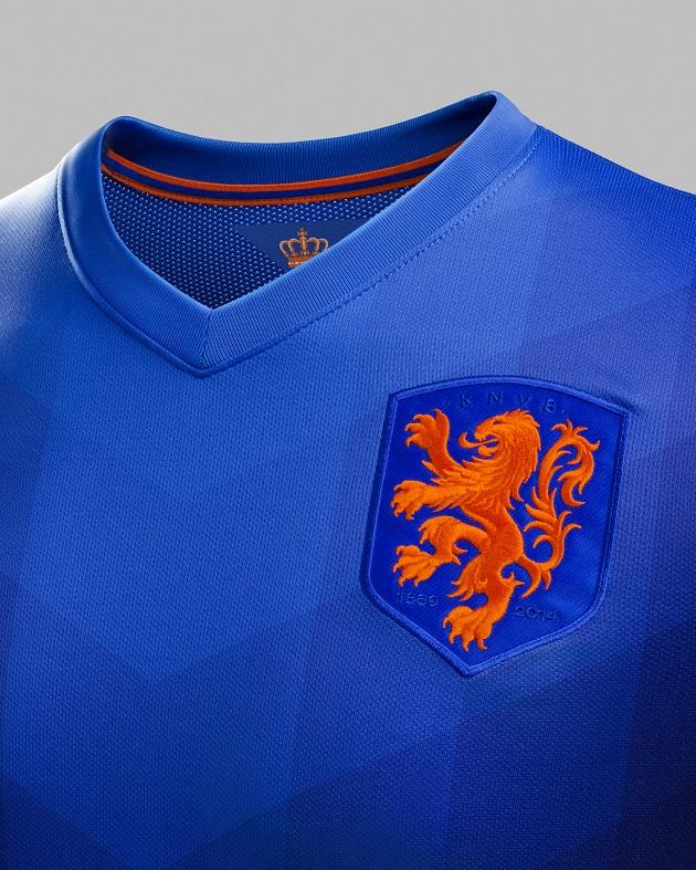 Holland away jersey crest