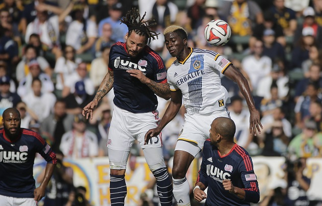 Zardes and Jermaine Jones fight for ball