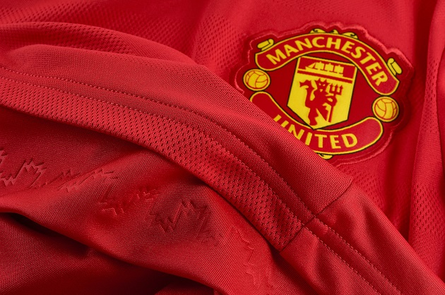 Manchester United badge 2015-16 home shirt