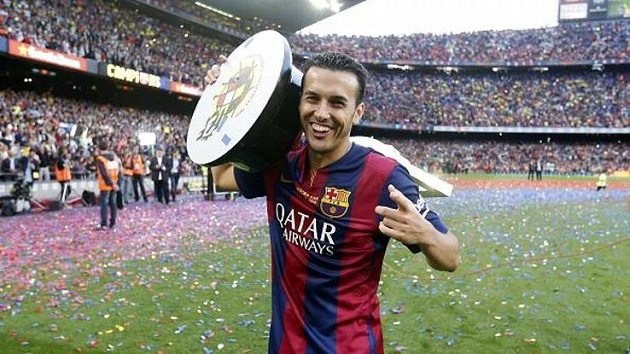 Pedro holding a trophy with Barcelona