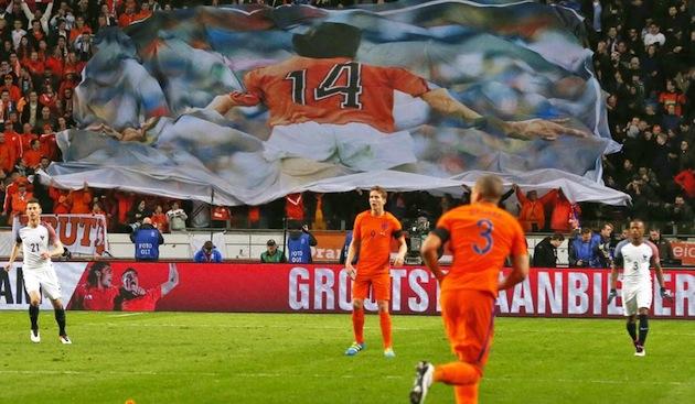 Cruyff tribute in Dutch-France friendly