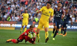 Montpellier's French goalkeeper Benjamin Lecomte (L) grabs the ball ahead of Paris Saint-Germain's Uruguayan forward Edinson Cavani during the French Ligue 1 football match between Paris Saint-Germain (PSG) and Montpellier on September 23, 2017 at the Stade de la Mosson stadium in Montpellier, southern France. / AFP PHOTO / Pascal GUYOT