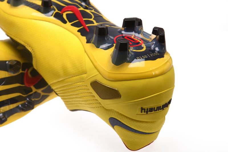 Hồi sinh siêu phẩm giày đá bóng Nike T90 Laser